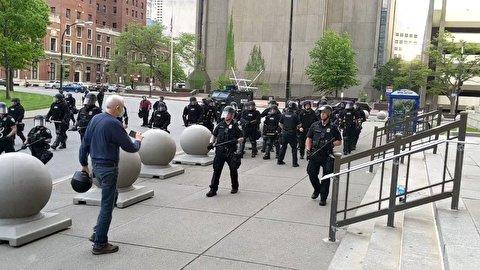 برخورد خشن پلیس آمریکا با یک پیرمرد
