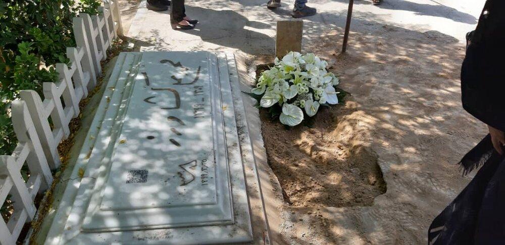 تصاویری از خاکسپاری غریبانه خسرو سینایی