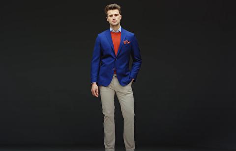 چگونه آبی و قرمز را در تیپهای مردانه ست کنیم؟