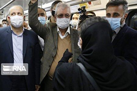 حضور سخنگوی دولت در میان مردم در متروی تهران
