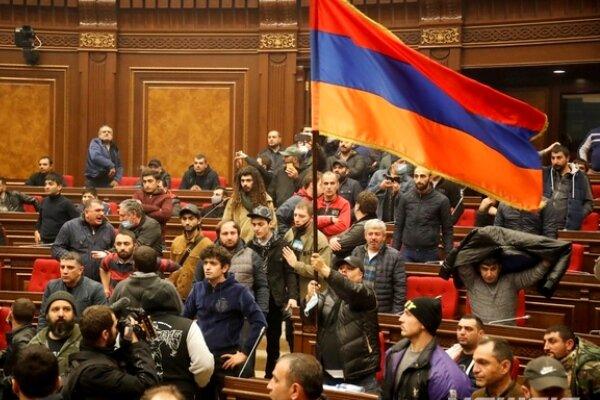 پارلمان ارمنستان به دست معترضان افتاد