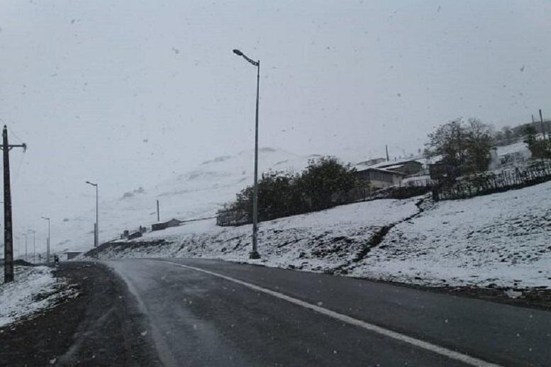 بارش برف و باران در محورهای سه استان کشور