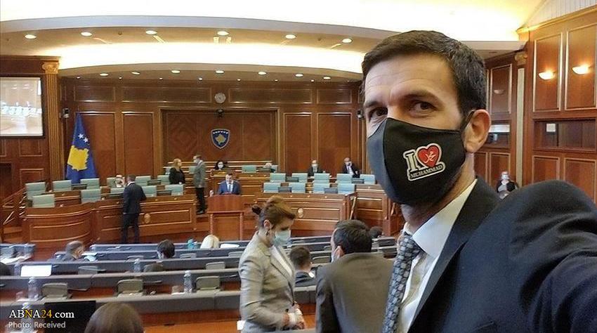 نماینده کوزوو با ماسک «محمد دوستت دارم» در پارلمان