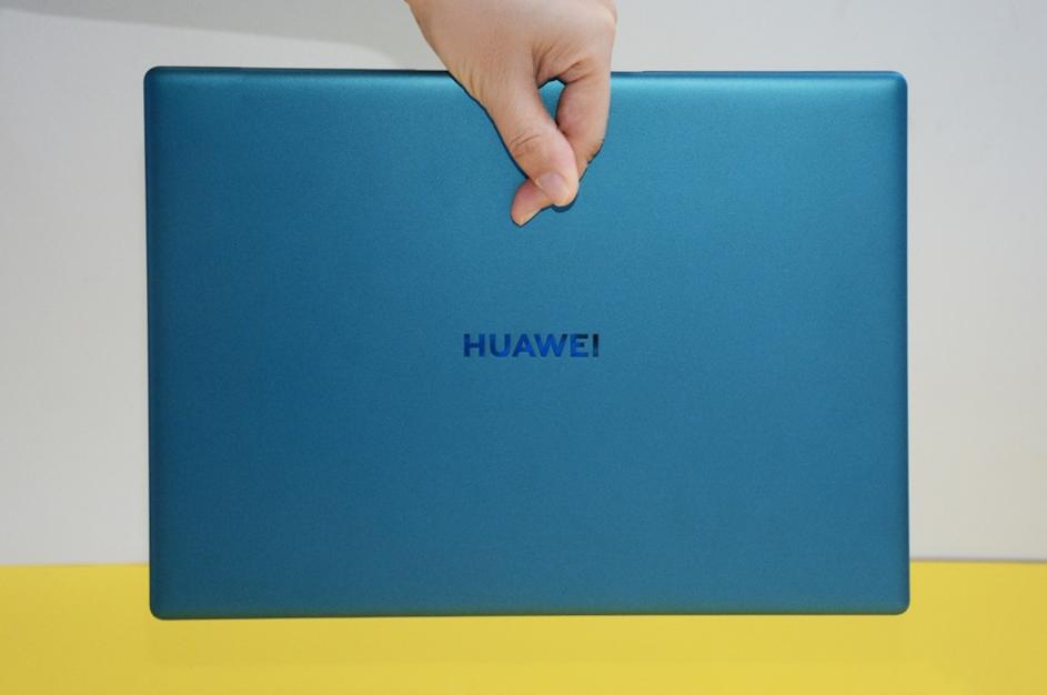 لپتاپ هوآوی MateBook X به ظرافت چند برگ کاغذ