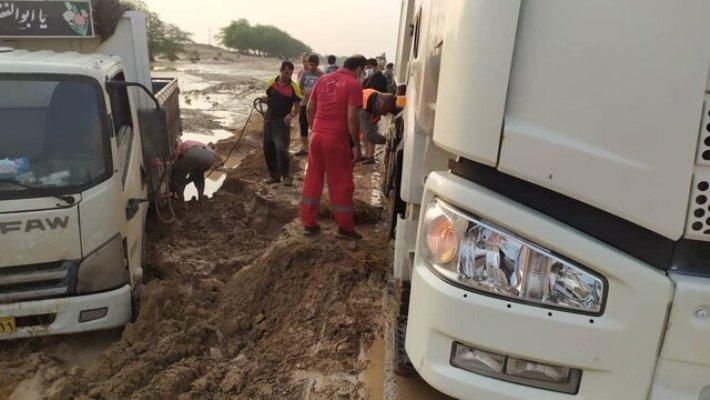 امدادرسانی به روستاها و خودروهای گرفتار در سیلاب گناوه