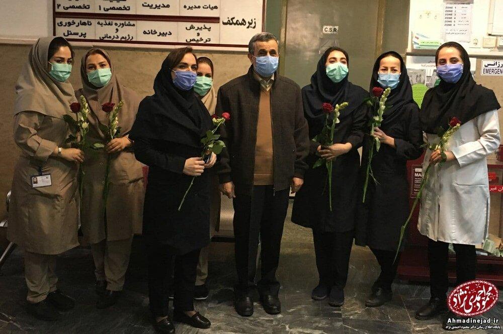 عکس یادگاری احمدی نژاد در بیمارستان