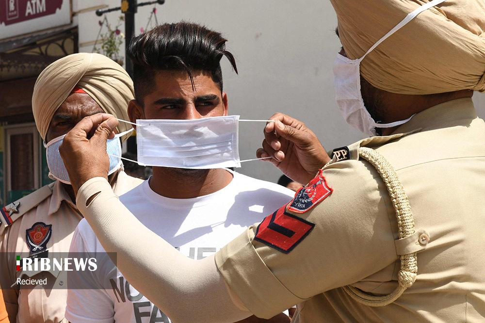 ماسک به دست شدن پلیس هند
