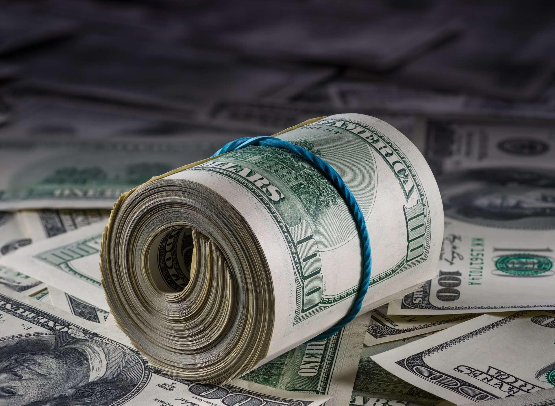سقوط قیمت دلار به کانال ۲۰ هزار تومان/ دلارهای خانگی بدون خریدار/ آیا وعده دلار ۱۵ هزار تومانی رئیس جمهور محقق میشود؟