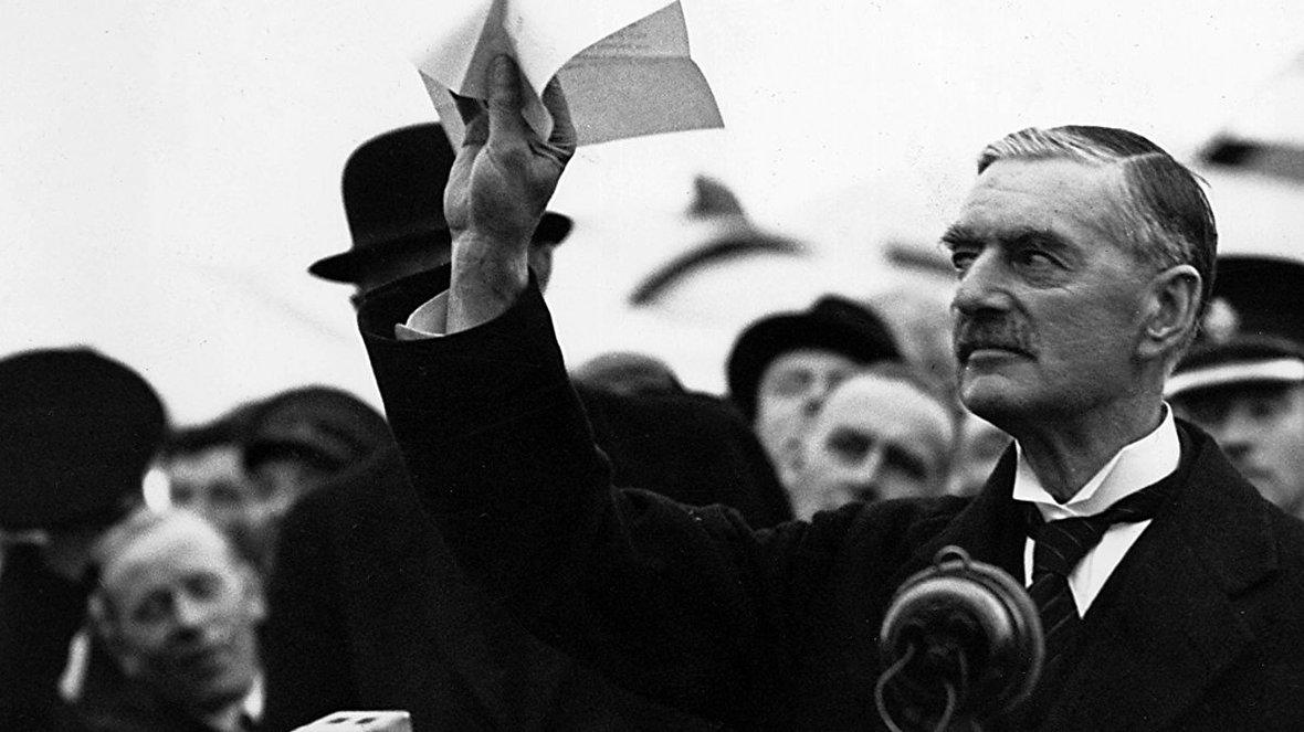 حیله هیتلر به نویل چمبرلین، نخستوزیر بریتانیا و تمسخر او در انگلیس / قدیمیترین فیلم از پاپ / ارتش استرالیا علیه شترمرغها / تصاویر شش گانگستر معروف تاریخ / تاریخچه جنگ داخلی کره