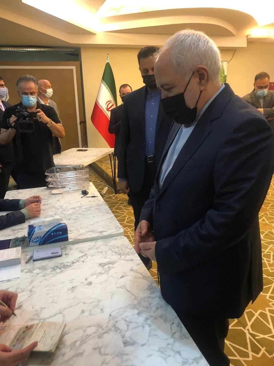 ظریف در ترکیه رای خود را به صندوق انداخت