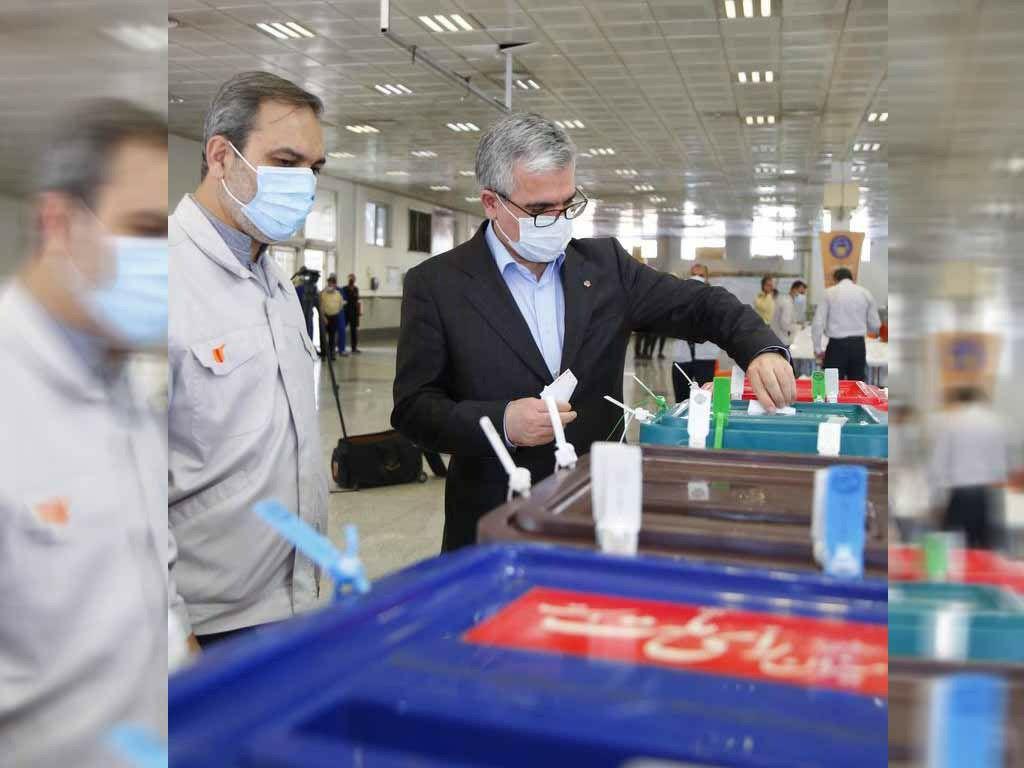 مدیرعامل گروه سایپا رای خود را به صندوق انداخت / استقبال کارگران خط تولید و مهندسان سایپا از صندوق سیار انتخابات 1400