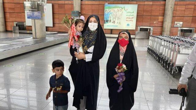 همسر و فرزندان فروغی قهرمان المپیک در فرودگاه