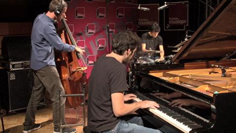تریو کنترباس، درام و پیانو