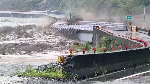 سیل در تایوان یک پل را تخریب کرد