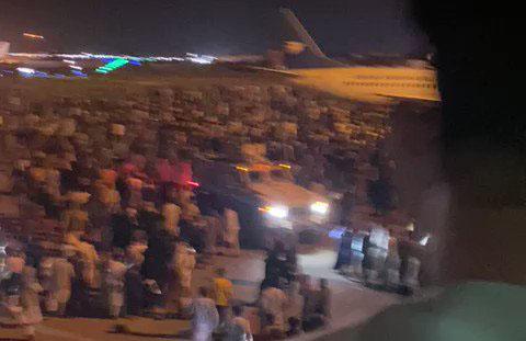 هجوم مردم بر روی باند فرودگاه کابل