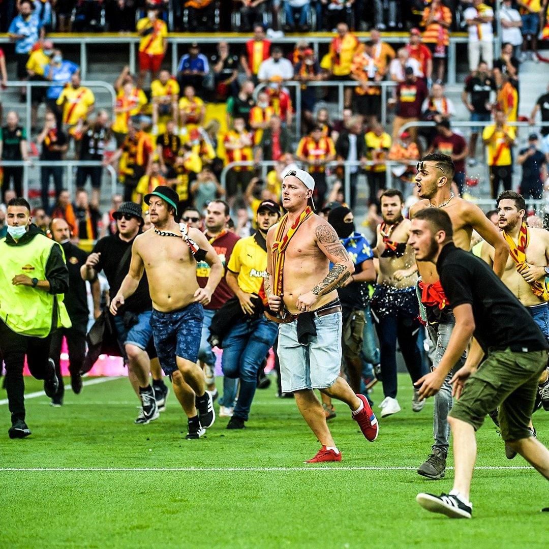 درگیری عجیب تماشاگران وسط چمن در لیگ فرانسه!