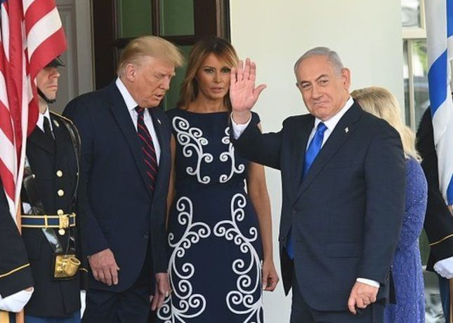 ورود بنیامین نتانیاهو (نخست وزیر اسرائیل) و همسرش به کاخ سفید با استقبال دونالد ترامپ رئیس جمهور امریکا و همسرش قبل از مراسم امضای توافق صلح میان اسرائیل و دو کشور امارات و بحرین