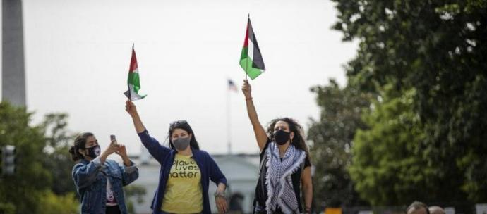 اعتراض به عادی سازی روابط اسرائیل با دو کشور بحرین و امارات در نزدیکی کاخ سفید واشنگتن محل امضای این توافقنامه - بی بی سی