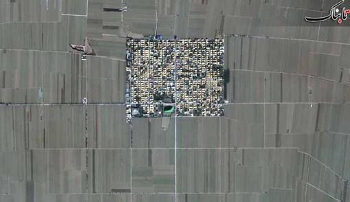 روستايی در ایالت هبی در چین، روستايی که مانند یک جزیره در میان زمین های کشاورزی محصور شده است.
