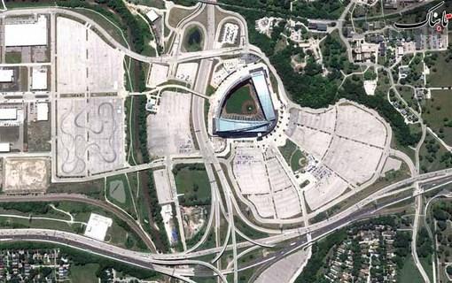 بزرگراه های اطراف شهر و یک استادیوم ورزشي در میلواکی آمریکا