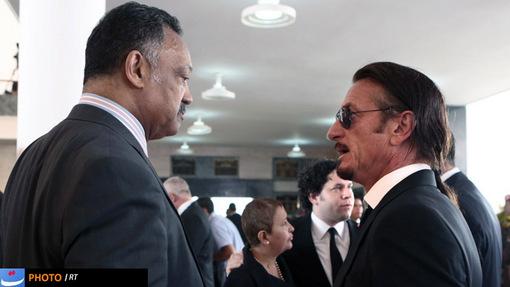 شان پن در کنار کشیش آمریکایی جسی جکسون در مراسم خاکسپاری هوگو چاوز