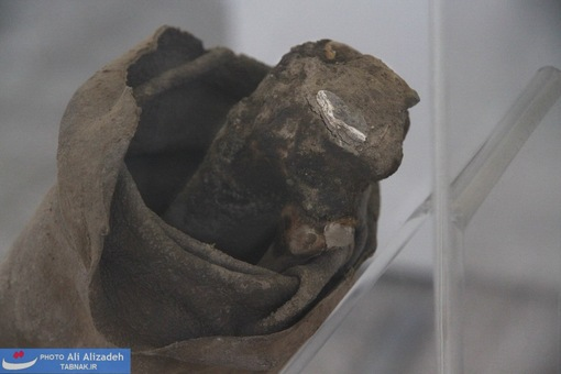 استخوان پا و کفش مرد نمکی که از استخوان آن آزمایشاتی به روش کربن14 انجام پذیرفته است.