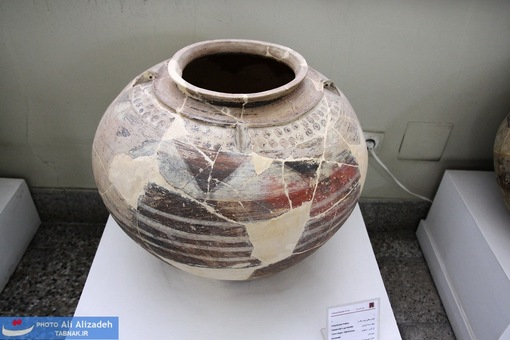 ظرف سفالی چند رنگ با چهار دسته تزئینی تُل گِسر - رامهرمز-خوزستان-هزاره سوم پیش از میلاد