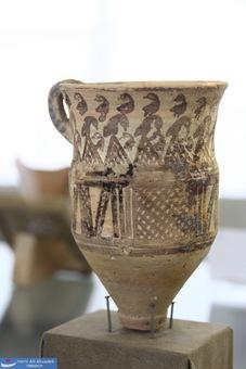ظرف سفالی دسته دار با کف دکمه ای - گیان - همدان - هزاره دوم پیش از میلاد
