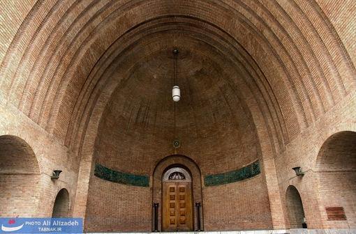 سر در ورودی موزه ماقبل تاریخ - در این سالن مجموعه های غنی از آثار باستان شناسی وجود دارد که کهنه ترین آنها مربوط به دوره پارینه سنگی (بین یک میلیون تا حدود 12 هزار سال پیش) و جدید ترین آثار آن مربوط به دوره ساسانی با قدمت بیش از 1500 سال است.