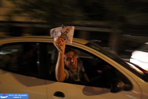 resized 264330 920 تصاویر : شادی مردم پس از اعلام نتایج آرا
