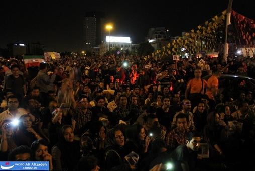 resized 264338 702 تصاویر : شادی مردم پس از اعلام نتایج آرا