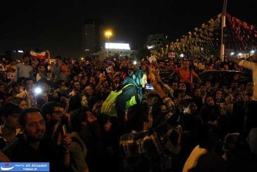 resized 264339 924 تصاویر : شادی مردم پس از اعلام نتایج آرا