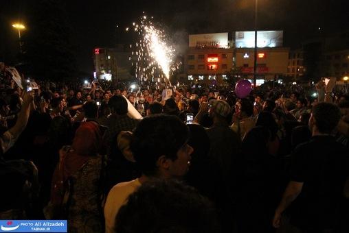 resized 264340 532 تصاویر : شادی مردم پس از اعلام نتایج آرا