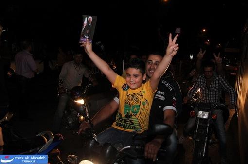resized 264350 440 تصاویر : شادی مردم پس از اعلام نتایج آرا