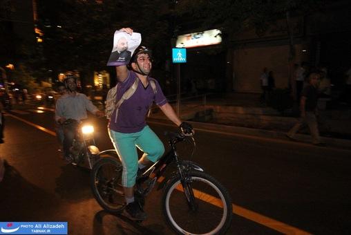 resized 264353 215 تصاویر : شادی مردم پس از اعلام نتایج آرا