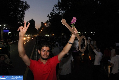 resized 264357 771 تصاویر : شادی مردم پس از اعلام نتایج آرا