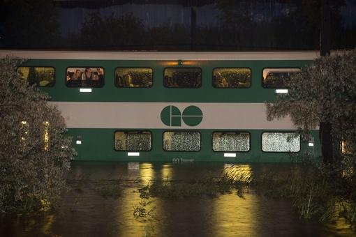 گرفتار شدن مسافران قطار در سیل تورنتو