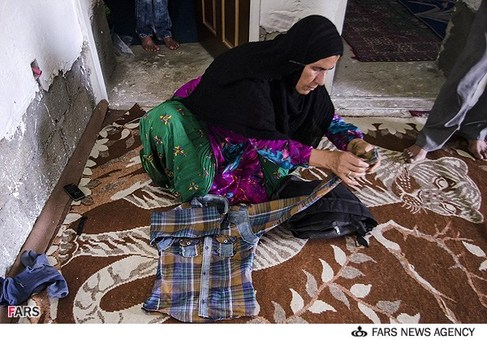 آماده سازی و جمع آوری البسه مادر سید علی حسینی برای اعزام درمانی به تهران