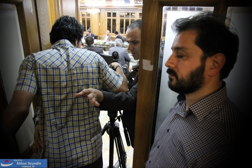 وقتی دربانِ مضطرب و عصبی جلسه با پرخاش و توهین، خبرنگاران را به سالن جلسه هدایت میکرد!