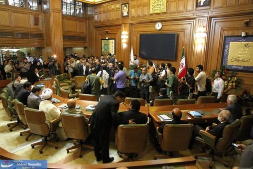 بی نظمی حضار و خبرنگاران در بدو ورود اعضای شورای شهر به سالن اصلی