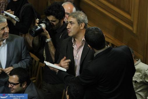 فرد معترض به شهردار تهران که نظم جلسه را بهم زد