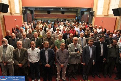 ادای احترام به پخش سرود ملی کشور در آغاز مراسم