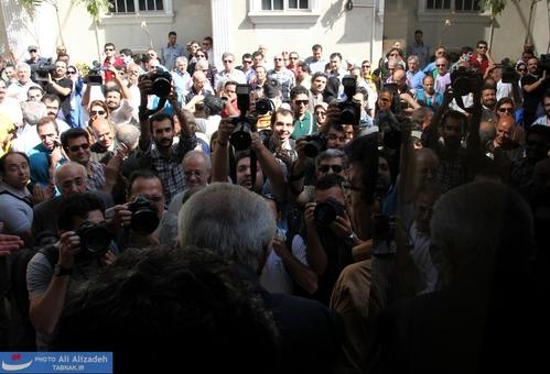 لحظه ورود عزت الله انتظامی به محوطه داخل خانه سینما