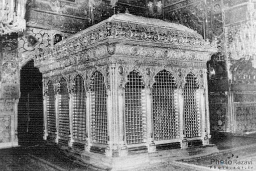 چهارمين ضريح مطهر امام رضا(ع) چهارمين ضريح به نام ضريح طلا و نقره معروف به (شير و شكر) است كه در سال 1338 خورشيدي ساخته شده و پس از برداشتن ضريح سوم و انتقال آن به موزه، روي ضريح نگين نشان نصب شد.