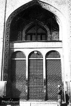 پنجره فولاد اين پنجره برنزي در زمان ناصرالدين شاه قاجار نصب گرديد. از آنجا كه بعضي قسمتهاي پنجره قديمي ساييده شده و مشكلاتي براي زائرين ايجاد ميشد، در اوايل پيروزي انقلاب اسلامي اين پنجره به موزه انتقال يافت و به جاي آن پنجره برنز جديدي نصب گرديد.