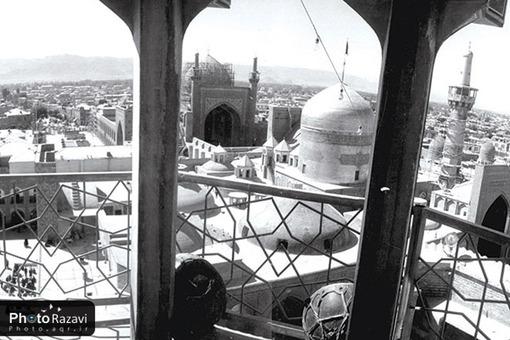 گنبد و گلدستهي بارگاه منور رضوي اين تصوير در سال 1392 هجري قمري معادل با سال 1351 هجري شمسي و توسط محمد صانع گرفته شده است.