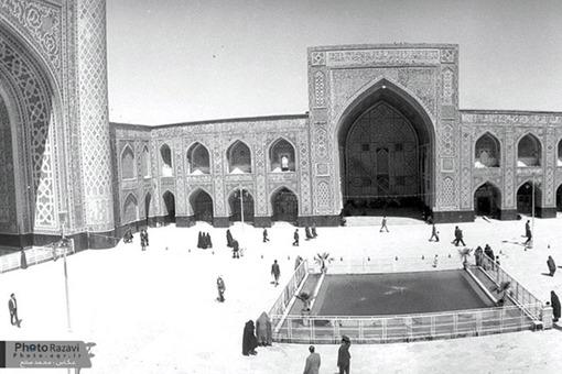 صحن گوهرشاد محمد صانع عكاس اين تصوير است و آن را در سال 1348 هجري خورشيدي معادل با سال 1389 هجري قمري گرفته است.