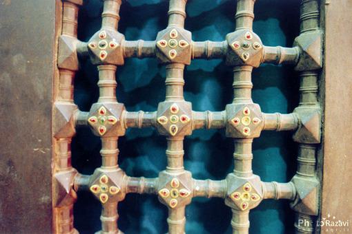 دومين ضريح مطهر امام رضا(ع) دومين ضريح فولادي مرصع، معروف به نگين نشان است كه در سال 1160 ه.ق به آستان قدس رضوي تقديم و نصب شده است.