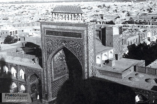 ايوان نقارهخانه اين عكس در اوايل دوران پهلوي توسط ابراهیم ذهبی، عكاس معروف مشهدي گرفته شده است