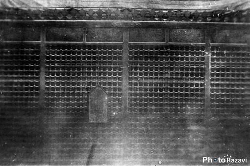 ضريح مطهردر دوره قاجار این عکس را عبدالله قاجار در سال 1308قمري گرفته است.